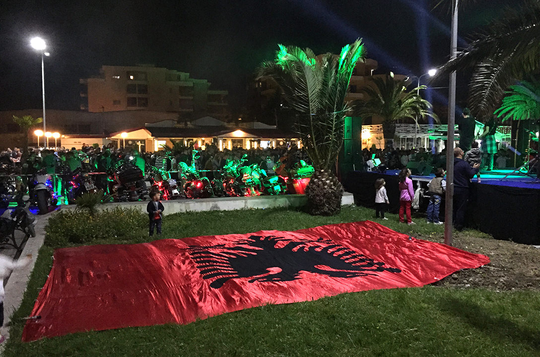 Албанский флаг