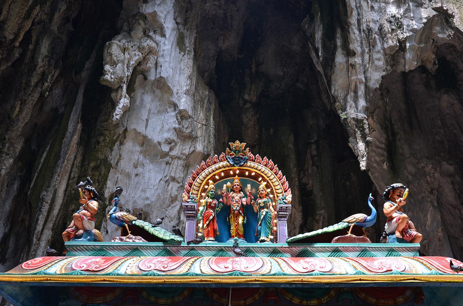 Индуистский храм в пещерах Бату