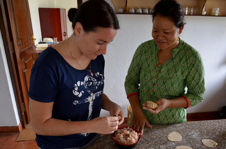Процесс готовки непальских момо