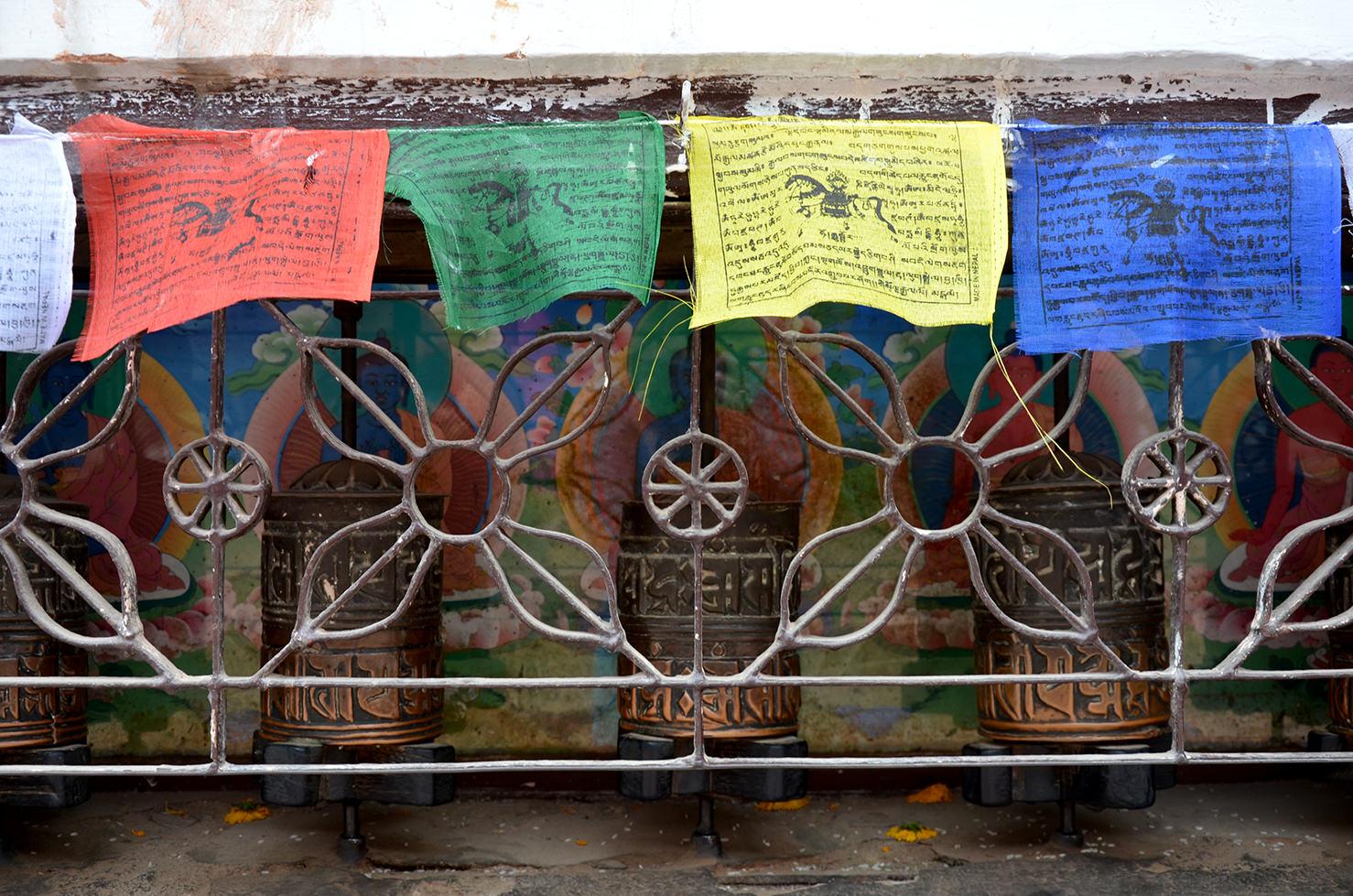 Молитвенные флаги и барабаны возле ступы Будданатх в Катманду, Непал