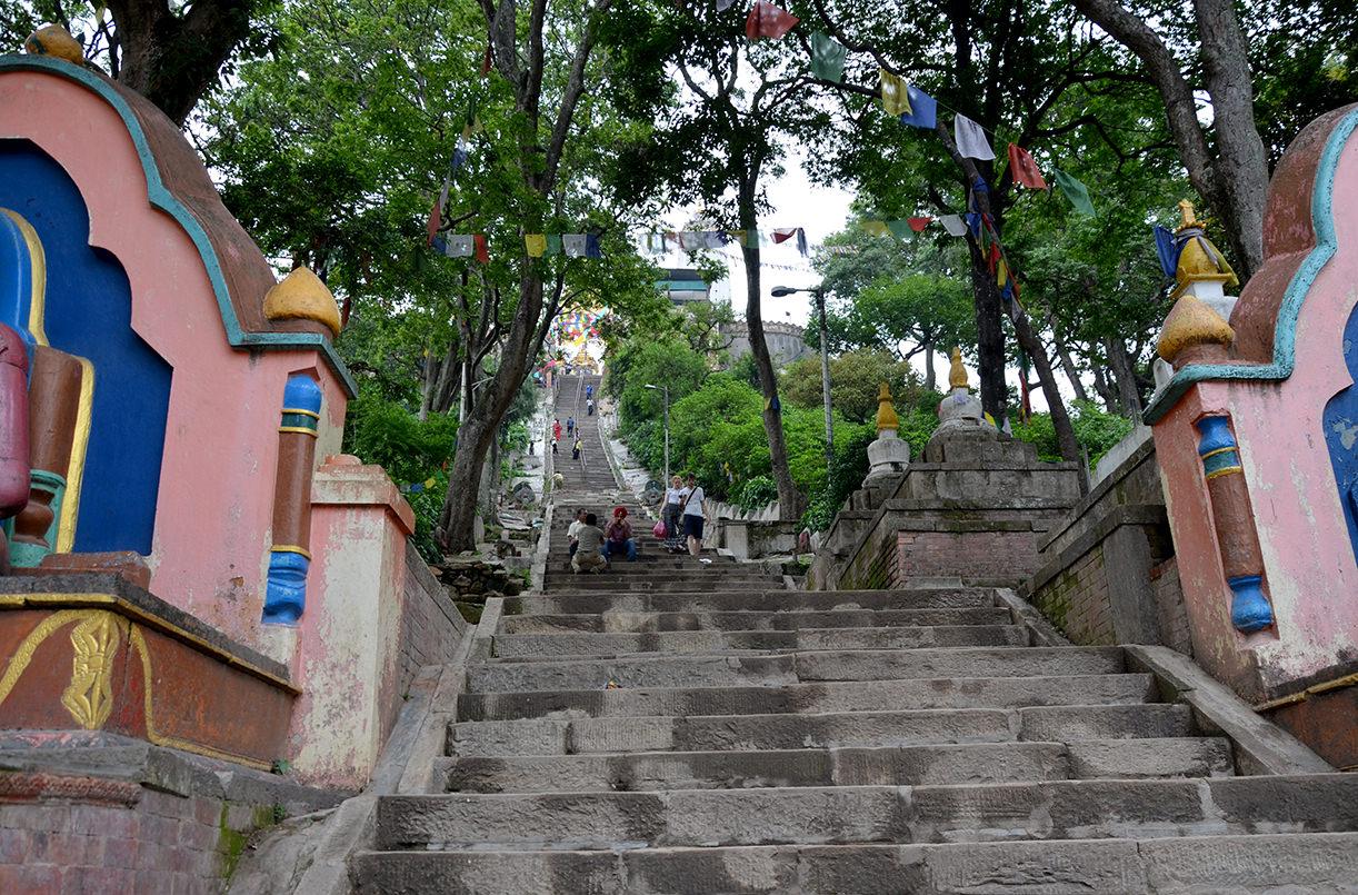 Ступеньки к храму Сваямбунатх в Катманду, Непал
