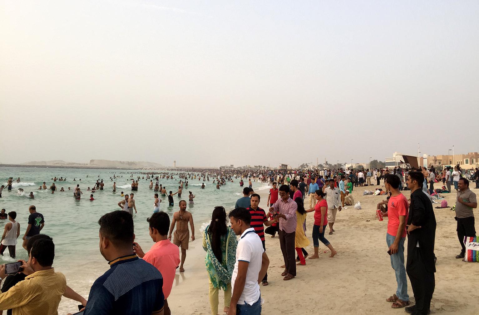 Общественный пляж возле Бурдж Аль Араб в Дубаи