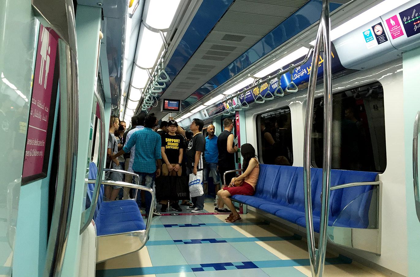 Разделенный вагон в метро Дубая
