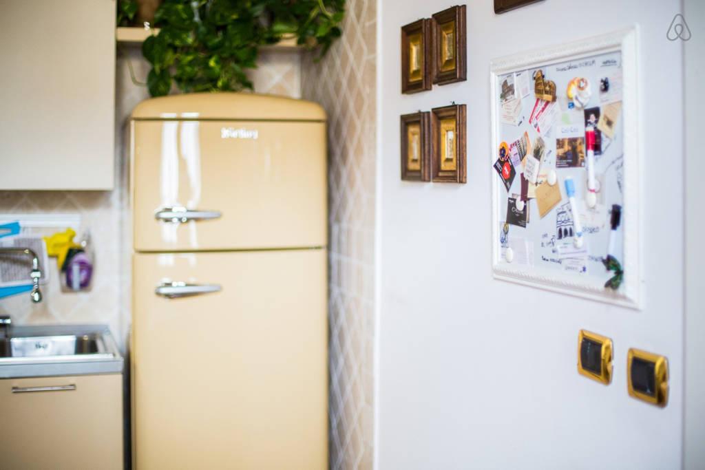 Холодильник на кухне апартаментов L'Aurora al Colosseo