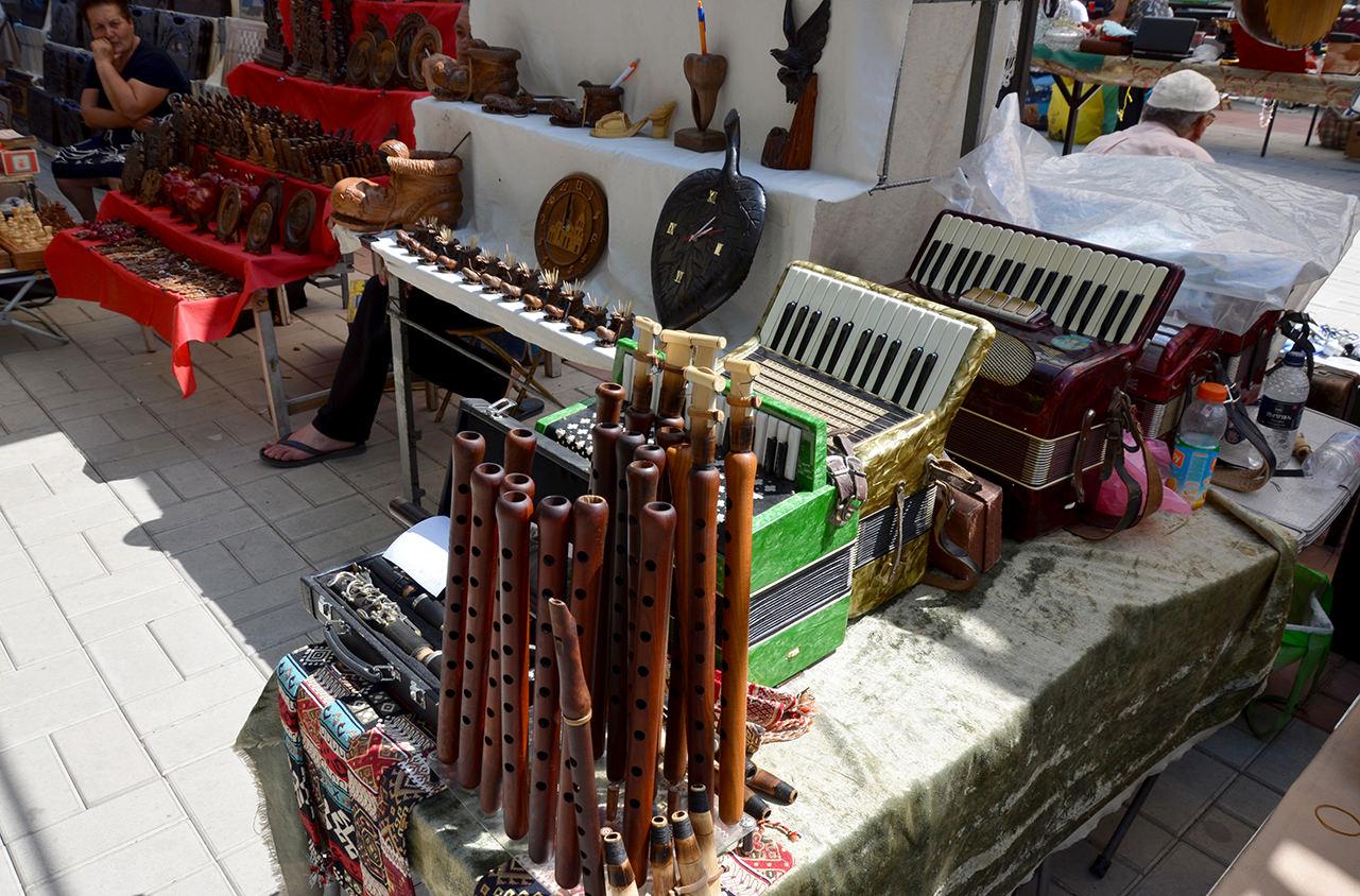 Блошиный рынок Еревана. Музыкальные инструменты