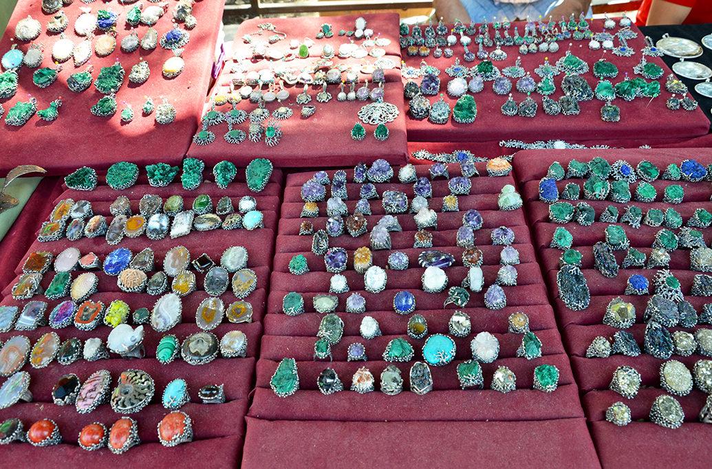 Блошиный рынок Еревана. Украшения с камнями