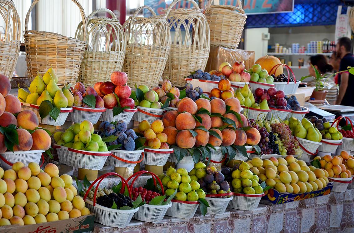 Фруктовый прилавок на ереванском рынке
