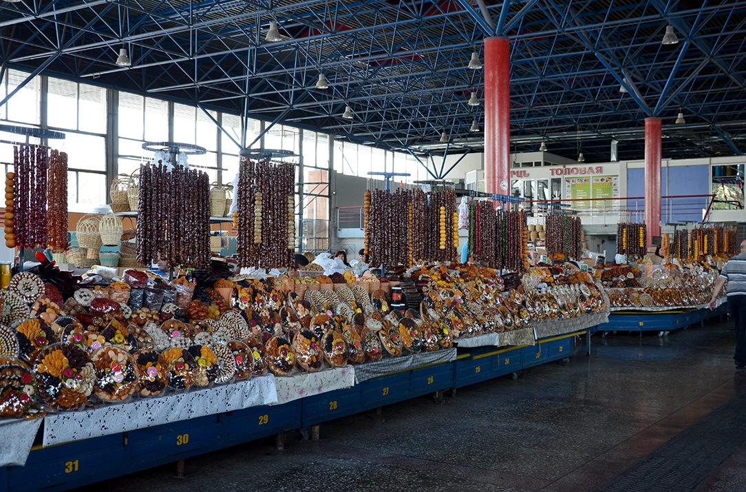 Ряды сухофруктов и чурчхел на ереванском рынке