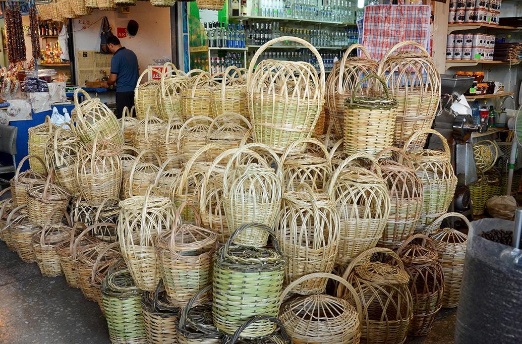 Плетеные корзины на ереванском рынке