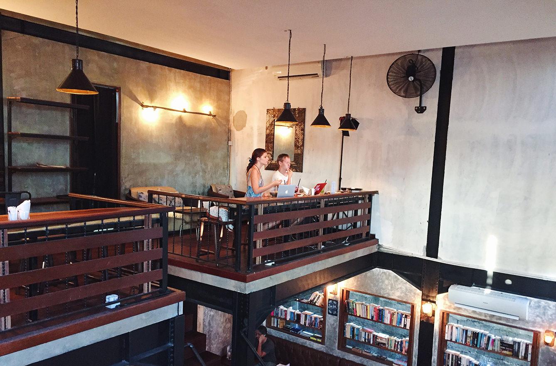 Цифровые кочевники работают в кофейне