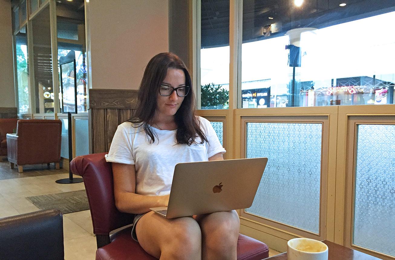 Цифровой кочевник работает в кофейне