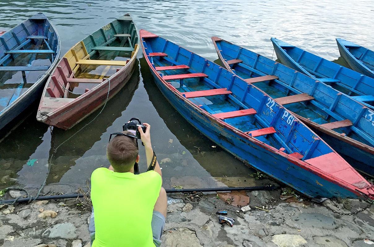 Лодки на озере Фева в Покхара, Непал