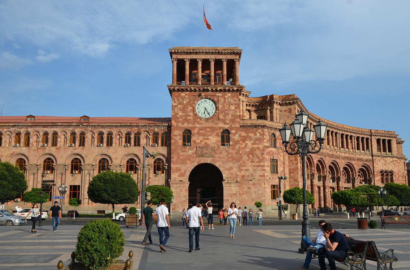 Главные часы Армении на площади Республики
