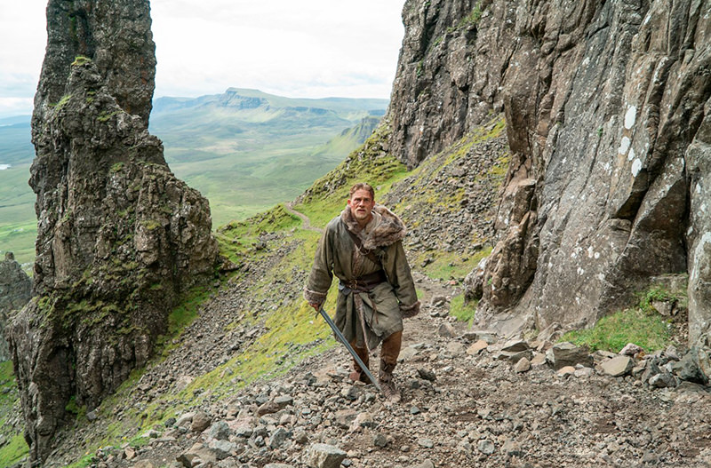 Как путешествует Чарли Ханнэм - звезда нового фильма о короле Артуре?