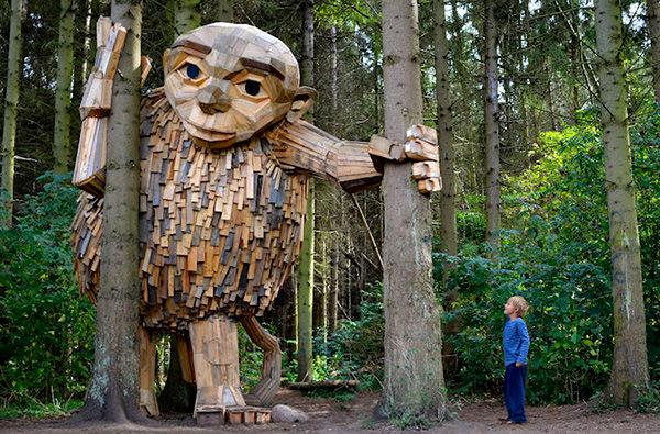 В пригороде Копенгагена появились 6 деревянных гигантов