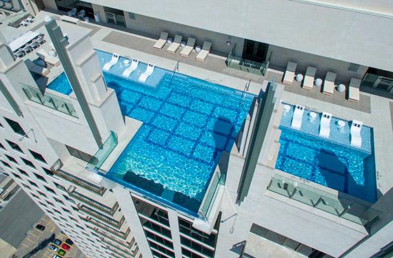 В США на высоте 152 метров построили бассейн со стеклянным дном