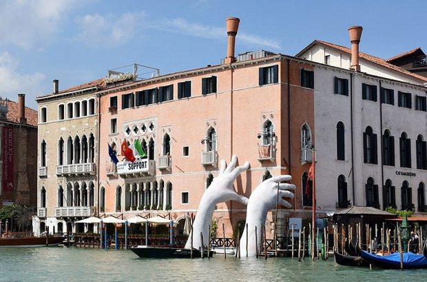 В Венеции установили арт-объект гигантских рук