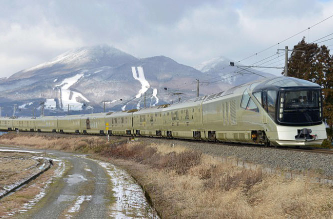 В Японии запустили самый роскошный поезд в мире