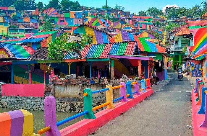 Город в Индонезии получил радужный раскрас