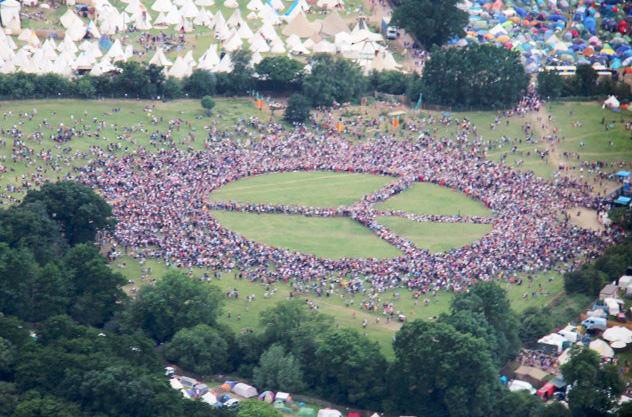Гости британского фестиваля создали рекордный по количеству участников символ мира