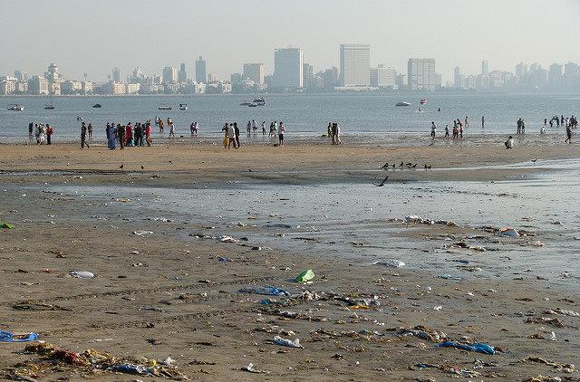 С пляжа в Мумбаи вынесли 5000 тонн мусора