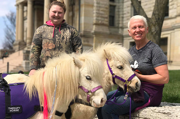 В аэропорту США лошади помогают пассажирам бороться со стрессом