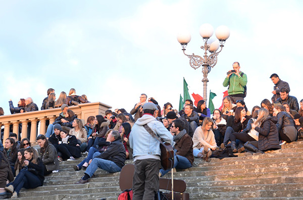 Власти Флоренции запрещают туристам сидеть на лестницах
