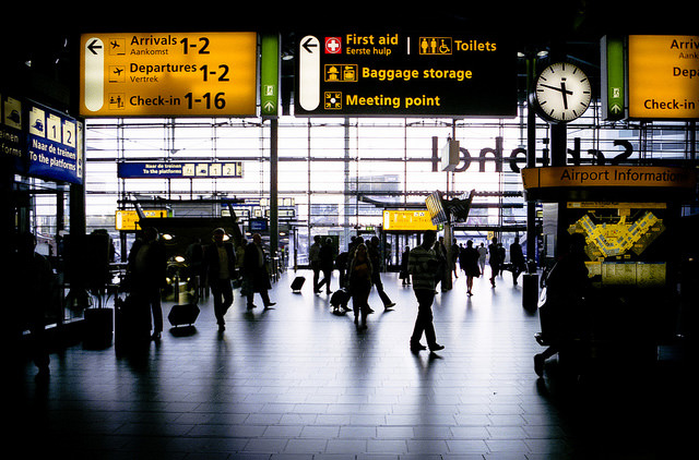 В аэропорту Амстердама добавят быстрый коридор для пассажиров без багажа