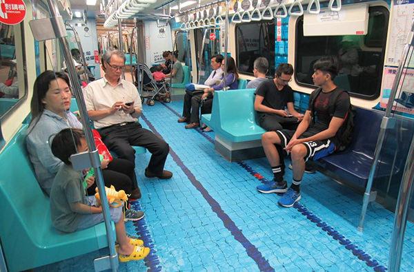 В метро Тайэбея вагоны оформили в спортивном стиле
