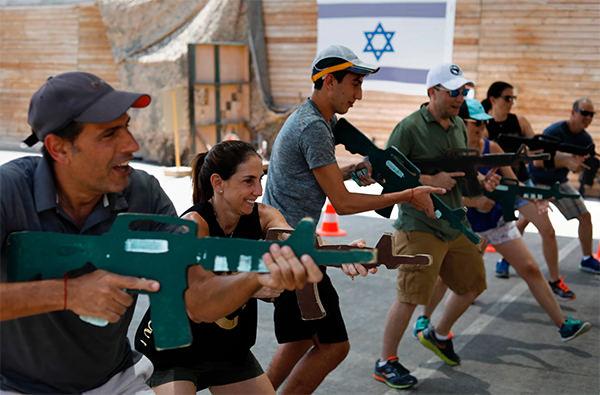 Туристы Израиля проходят курсы антитеррористической подготовки