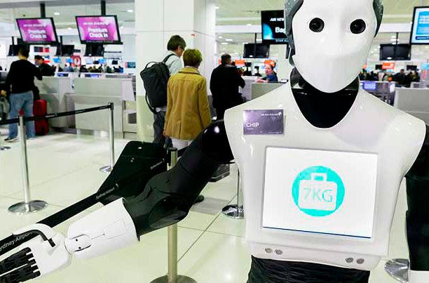 В аэропорту Сиднея пассажиров обслуживает робот