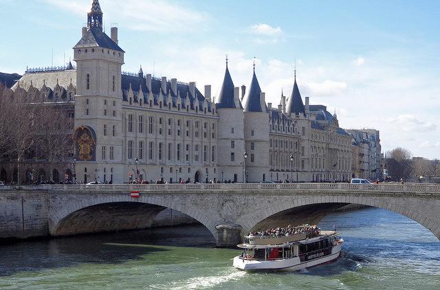 Власти Парижа разрешат купаться в реке Сене