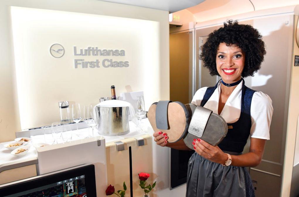 Экипаж Lufthansa будет встречать пассажиров в баварских нарядах