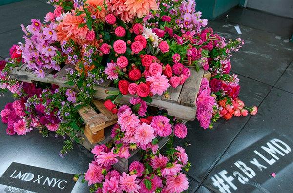 Флорист украшает цветами стройплощадки Нью-Йорка