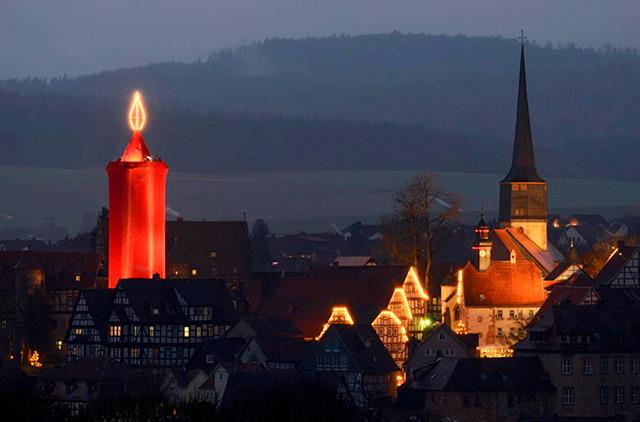 На рождественском рынке Германии зажгли самую большую в мире свечу