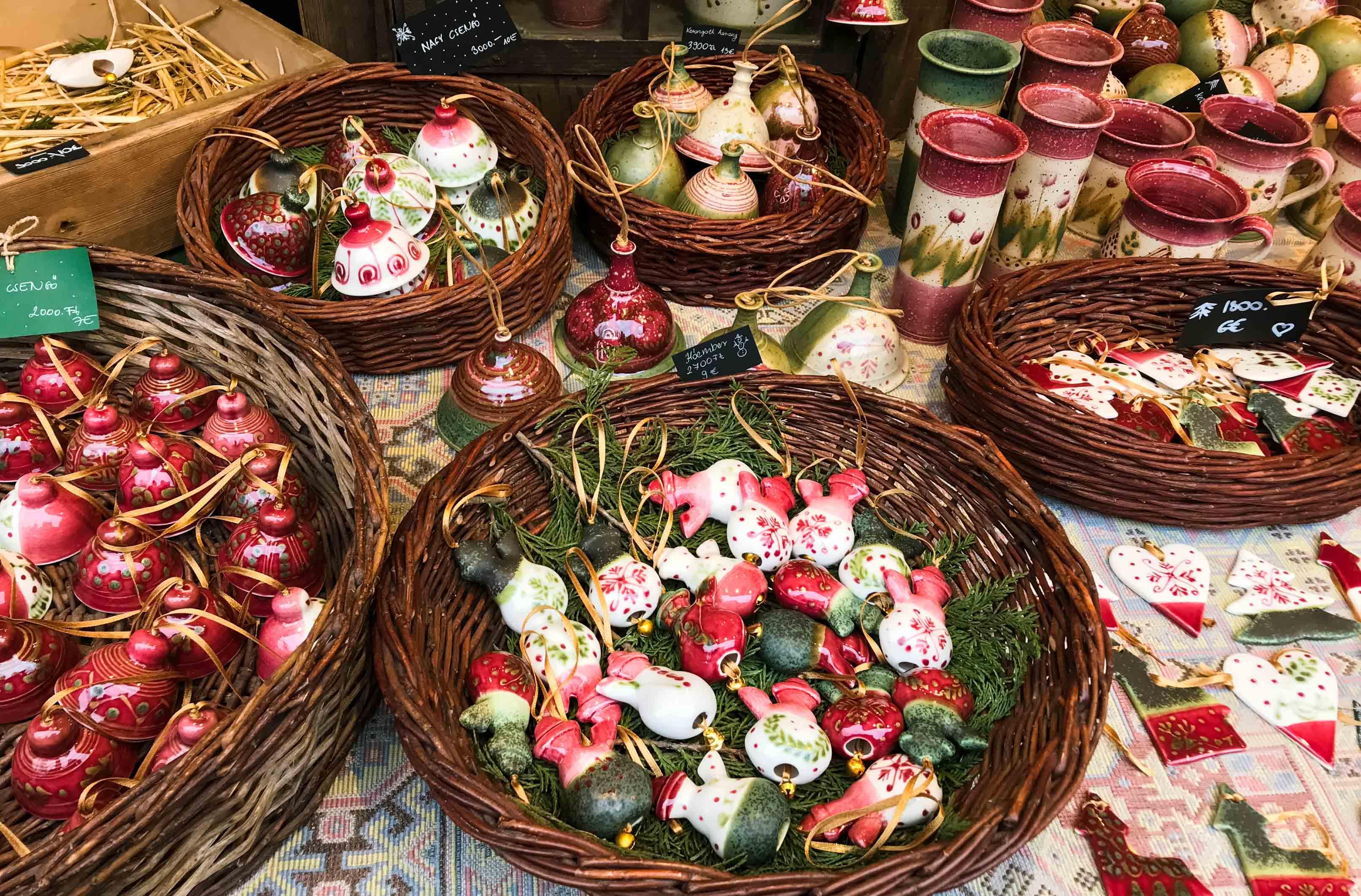 Ёлочные игрушки на рождественском рынке Будапешта