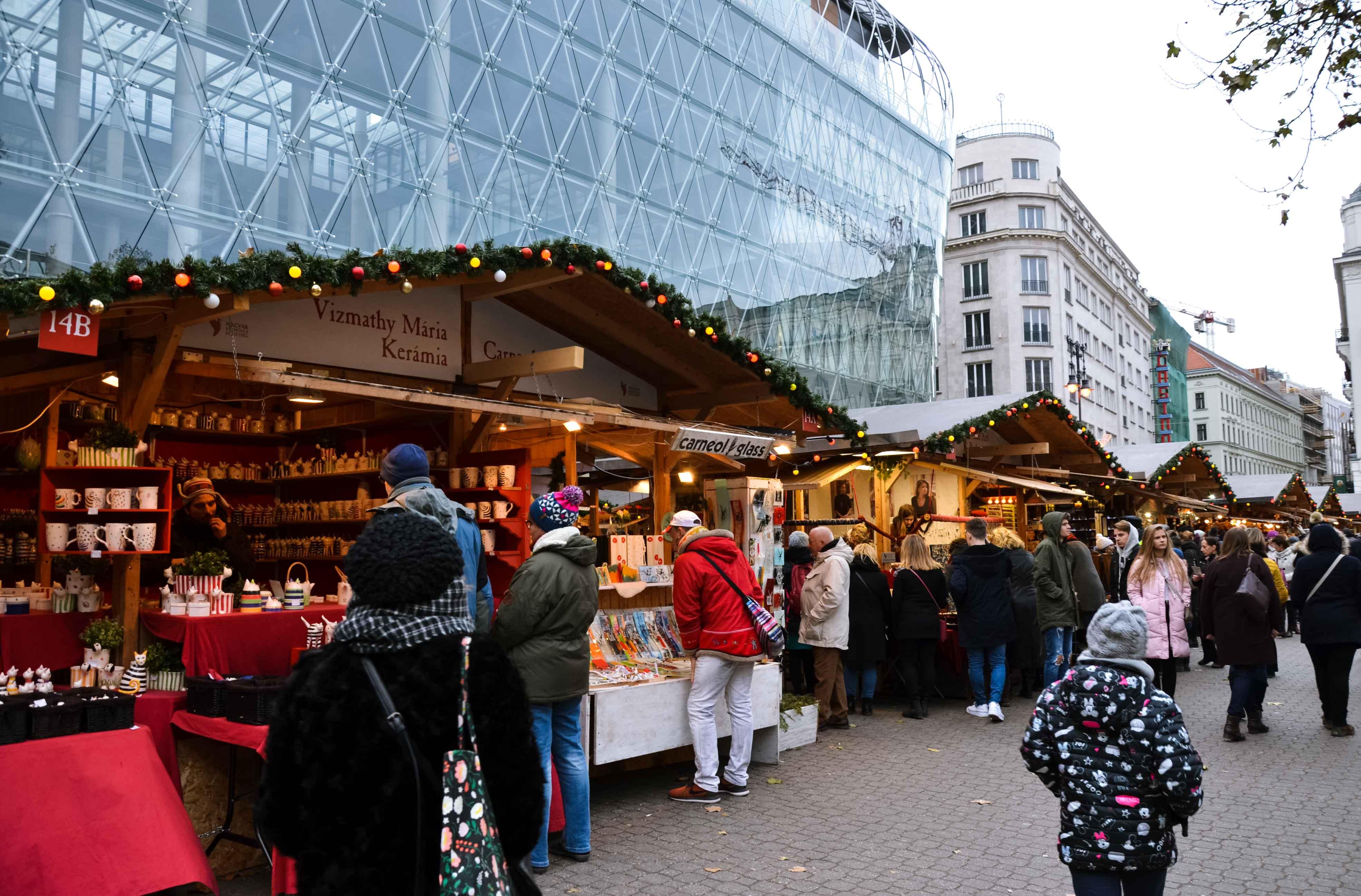 Рождественский рынок на площади Вёрёшмарти, Будапешт