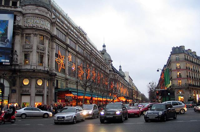 В Париже рождественское освещение регулируют туристы