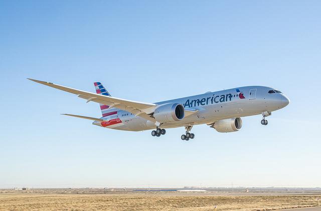 American Airlines отказывается от операций с наличностью