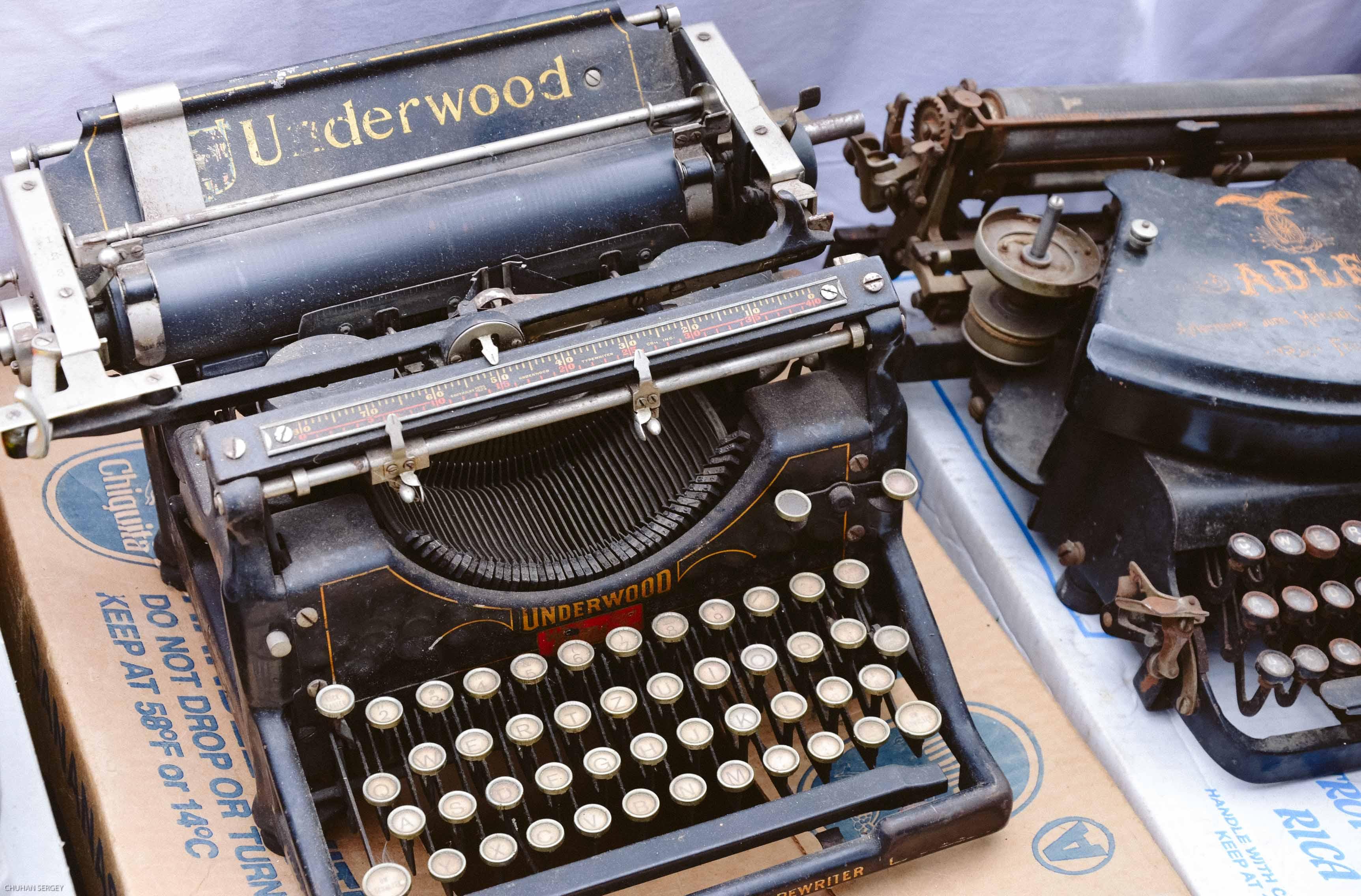 Фотогеничная печатная машинка на блошином рынке Канцлай в Цюрихе. Швейцария: Цюрих и окрестности за 48 часов