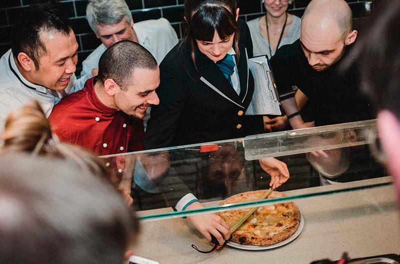 В Германии испекли рекордную пиццу
