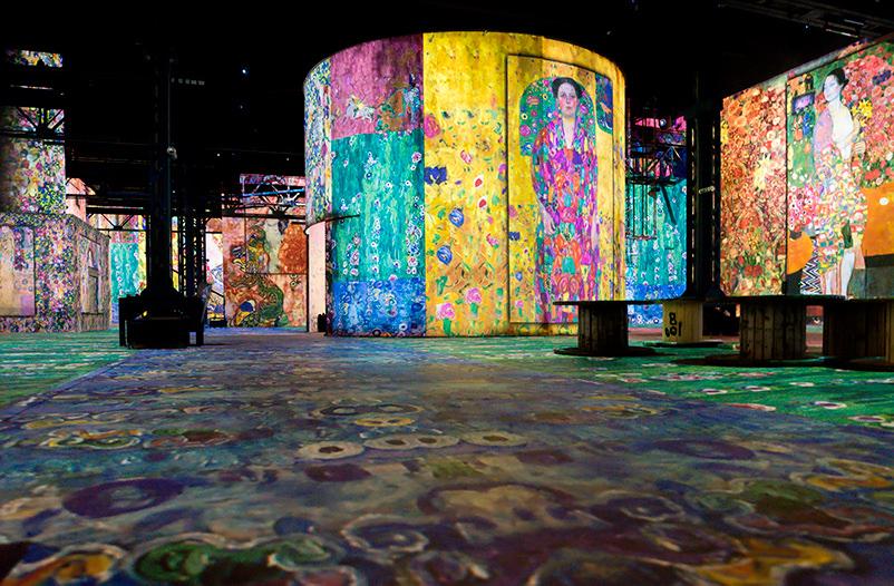 Музей в Париже проводит экспозицию с погружением в картины