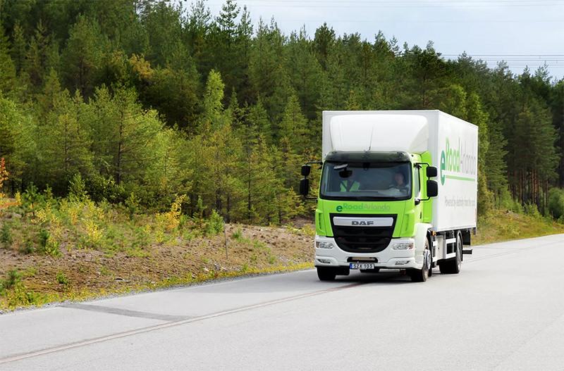 Новая шведская дорога заряжает электромобили