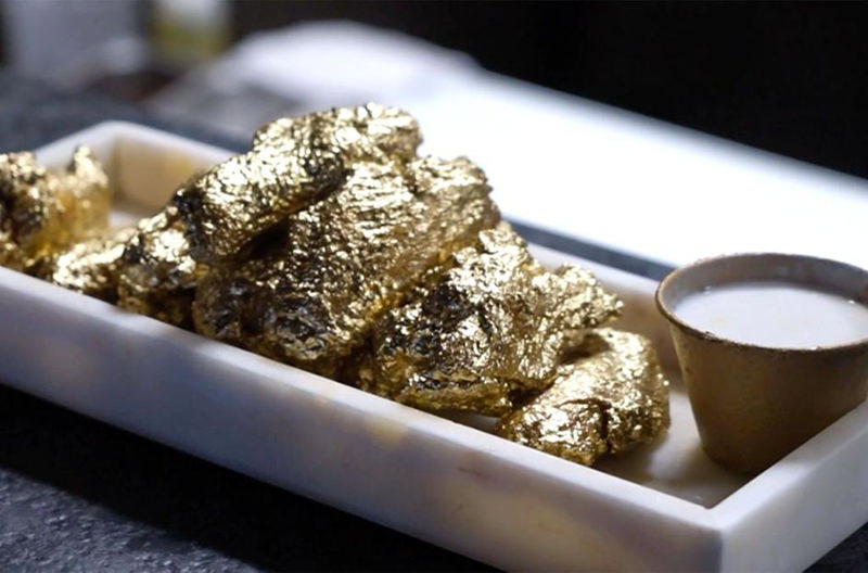 Нью-Йоркский ресторан готовит куриные крылышки в панировке из золота