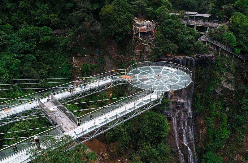 В Китае откроется стеклянная смотровая площадка на отвесной скале