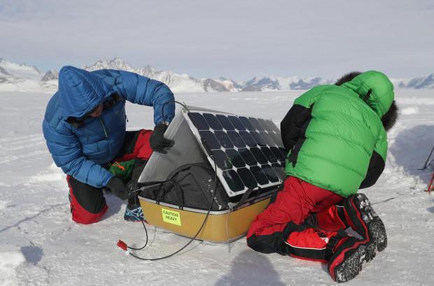 Отец и сын добрались до Южного полюса с помощью возобновляемых источников энергии