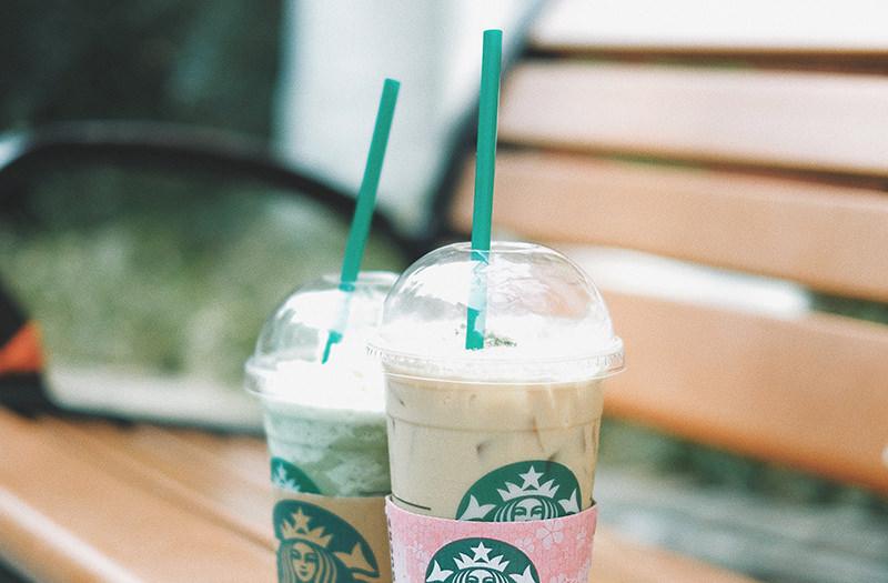 Starbucks перестанет использовать пластиковые соломинки для напитков