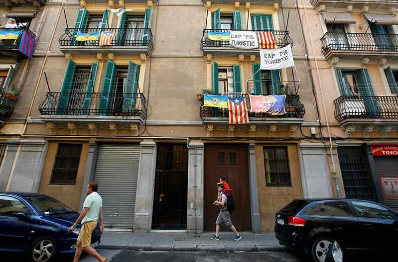 Власти Барселоны просят туристов помочь с Airbnb