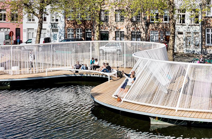 В Брюгге открылся плавающий остров с гамаками и качелями