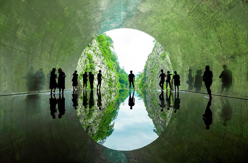В Японии горный туннель превратили в арт-инсталляцию